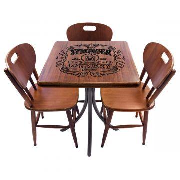 Mesa com cadeiras de madeira Stronger Whiskey - Empório Tambo