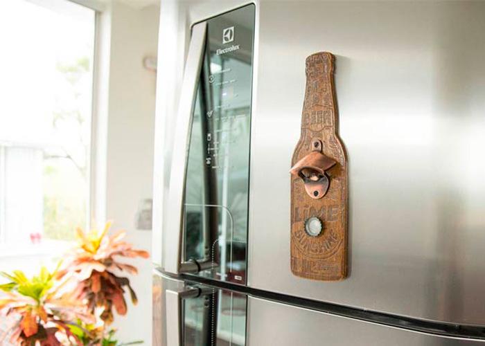 Abridor de garrafa de madeira com imã na geladeira de inox