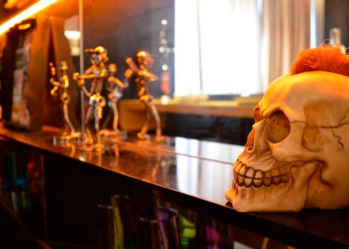 balcão de bar com objetos decorativos