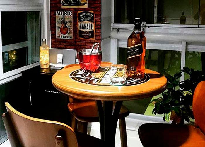 mesa bistrô alta de madeira apoiando bebidas