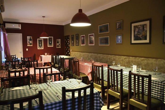 Restaurante Italiano com cadeiras, mesas e toalhas xadrez