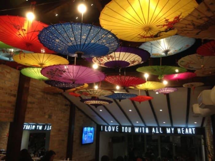 Decoração com guarda-chuvas japonês coloridos no teto