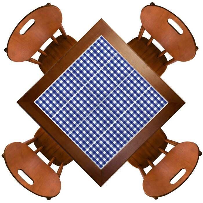 mesa com azulejos xadrez