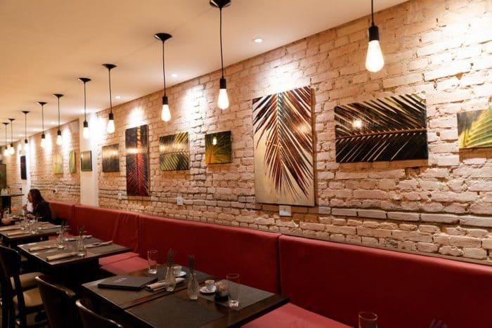Quadros em parede de tijolos de restaurante
