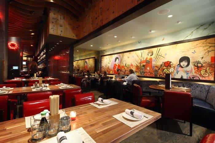 Restaurante japonês moderno com acentos de canto e papel de parede.