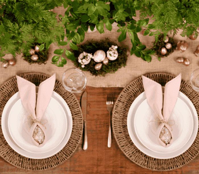 Guardanapos em prato dobrados em forma de orelha de coelho.