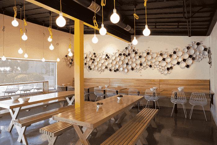 Louças na parede do restaurante Febre Amarela