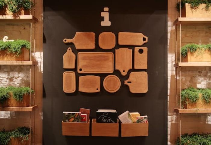 Tábuas de cozinha na decoração da parede do restaurante Simple
