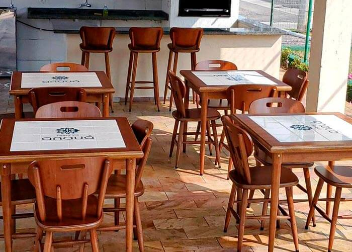 Ambiente interno com mesas e banquetas