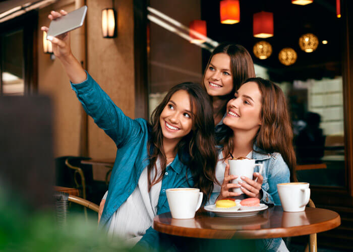 Grupo de amigas tirando uma selfie