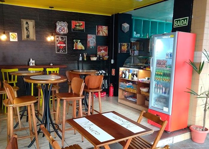 Bar com mesas de madeira personalizas