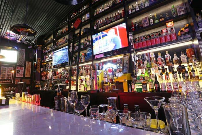 Balcão, televisão e prateleiras com bebidas