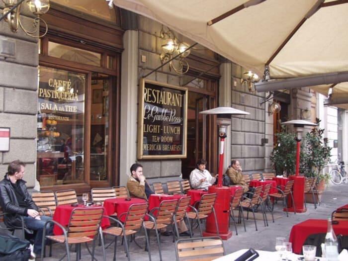 Cafeteria na Itália, mesas e cadeiras na calçada
