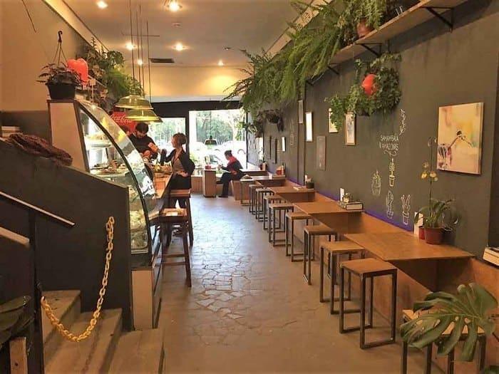 Bancos, mesas e plantas na floricultura e cafeteria Ginkgo 788