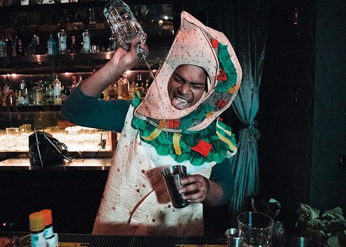 Bartender preparando um coquetel fantasiado de panqueca