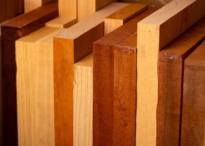 vários pedaços de madeiras de tons diferentes