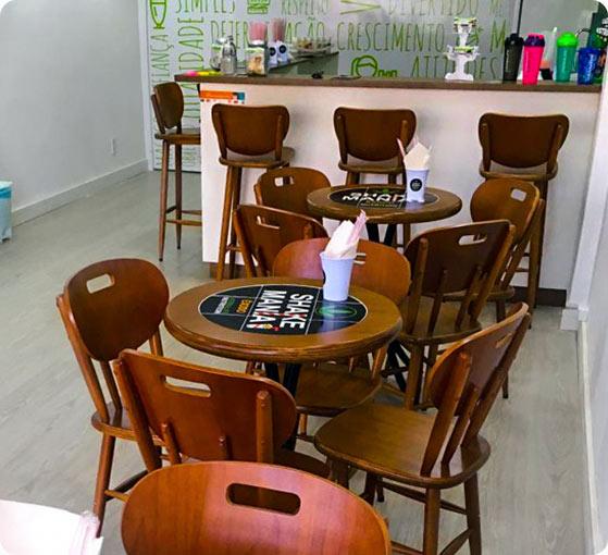 Foto de mesa e cadeira em estabelecimento
