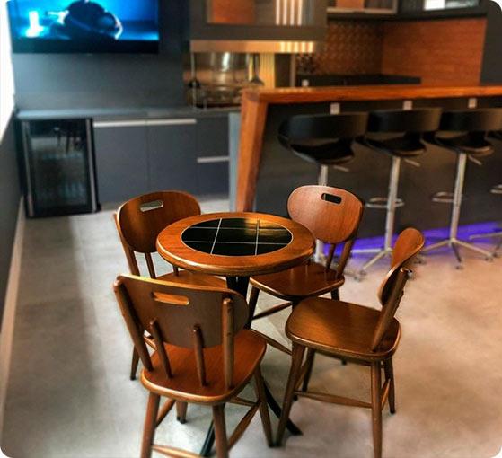 Foto mesa e cadeira em casa