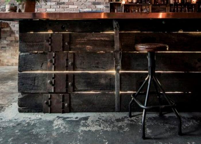 Balcão de madeira rústico com banqueta antiga