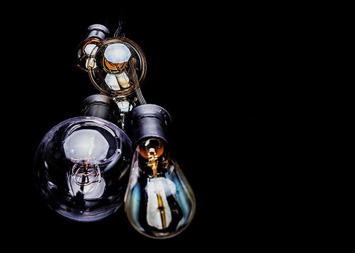 Lâmpadas diferentes com fundo preto