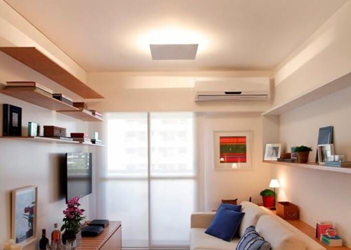 Sala de estar tons claros com pequena cor de destaque no rack em madeira