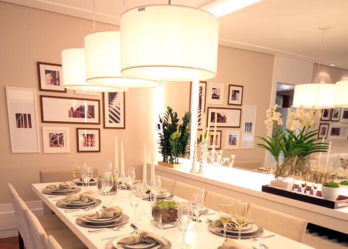 Mesa de jantar posta, retangular grande branca. com três pendentes sobre ela