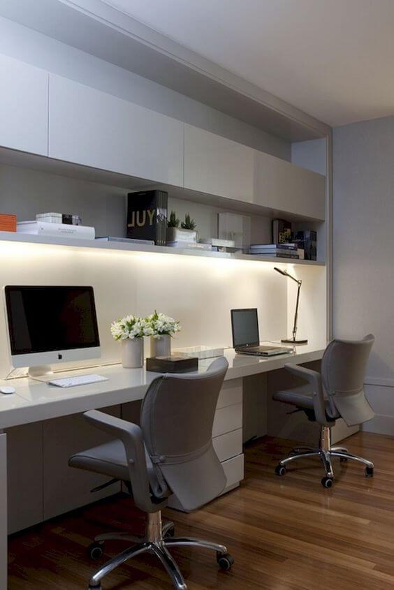 Home Office com dois lugares para trabalhar. Em tons de branco