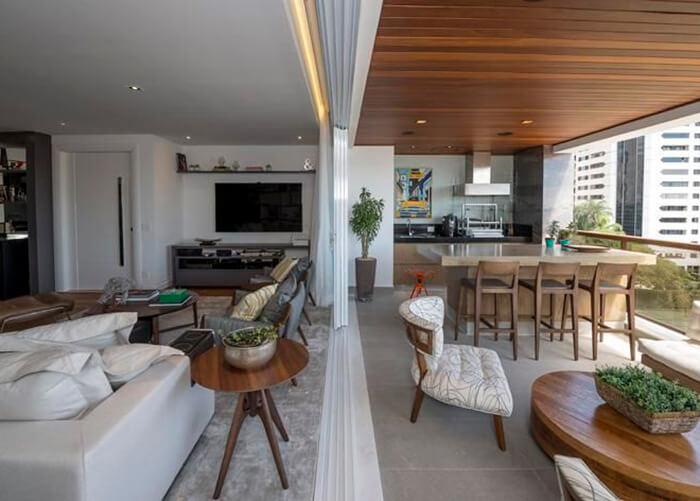 Sala integrada com área gourmet, espaçosa e bem decorada