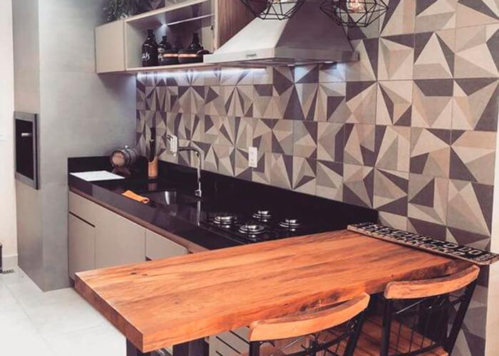 Bancada de madeira com banquetas altas, parede com azulejo colorido