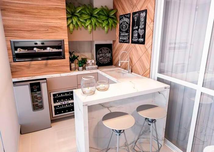 Varanda gourmet pequena integrada,com bancada de mármore branca, parte superior da parede em madeira