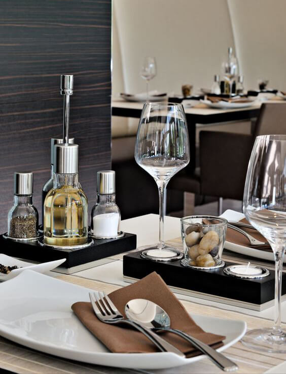 mesa com prato retangular taça para água