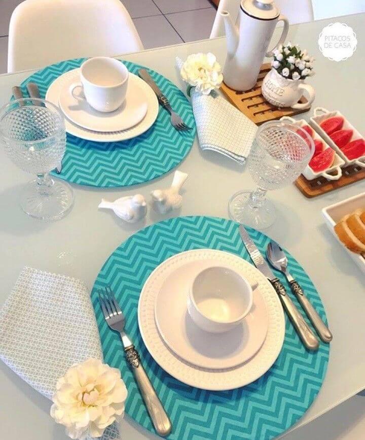 Mesa posta para café da manhã, louça branca com souplast azul