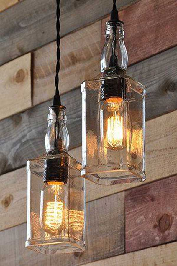 parede de madeira bruta, com luminárias feitas de garrafa de bebida