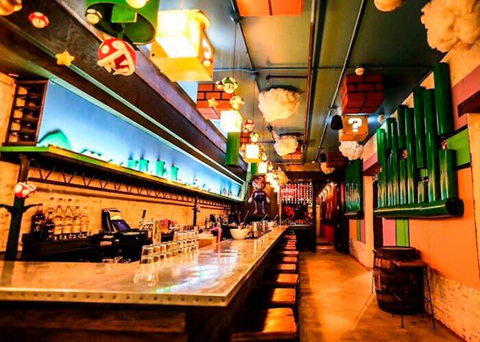 Bar temático do Mario Bross com o teto cheio de ornamentos referentes ao tema