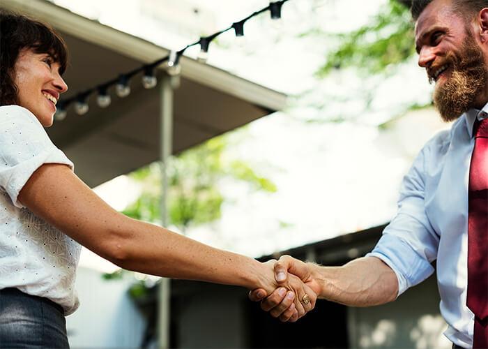 Pessoas apertando as mãos em gesto de fechamento de negócio