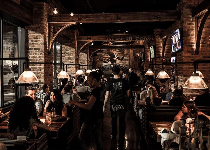 bar no estilo rústico com madeira, tijolo e cano