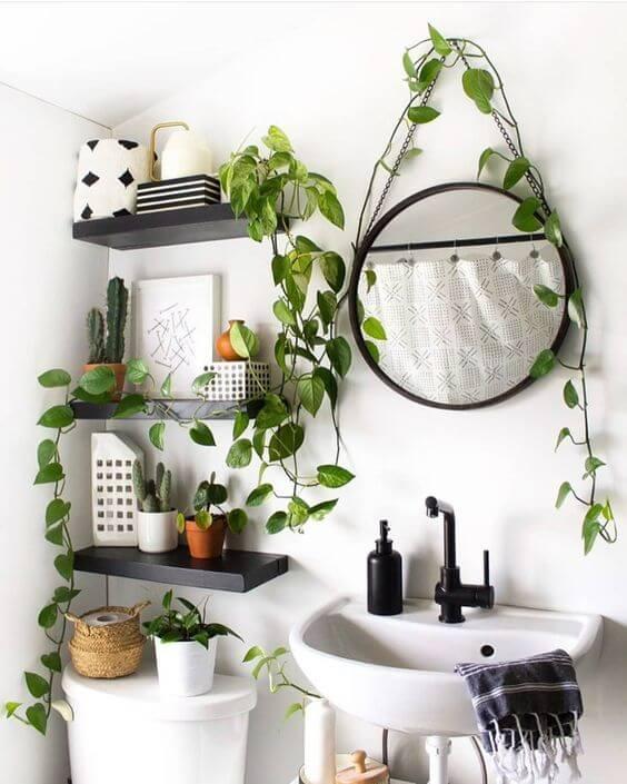 Banheiro parede branca com prateleiras pretas. espelho redondo. Detalhes em preto