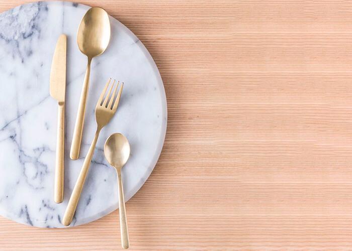 fundo de madeira com prato e talheres