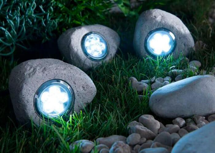 Spot de luz embutido em artefato estilo pedra