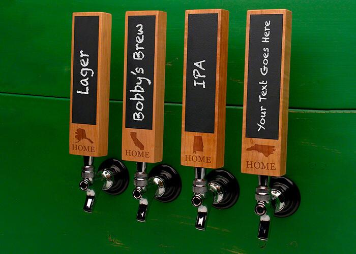 torneiras de cervejas no estilo self service com cabo de madeira escrito em lousa a identificação de cada cerveja