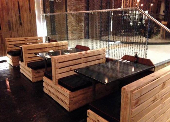 booths feito com madeira de pallets