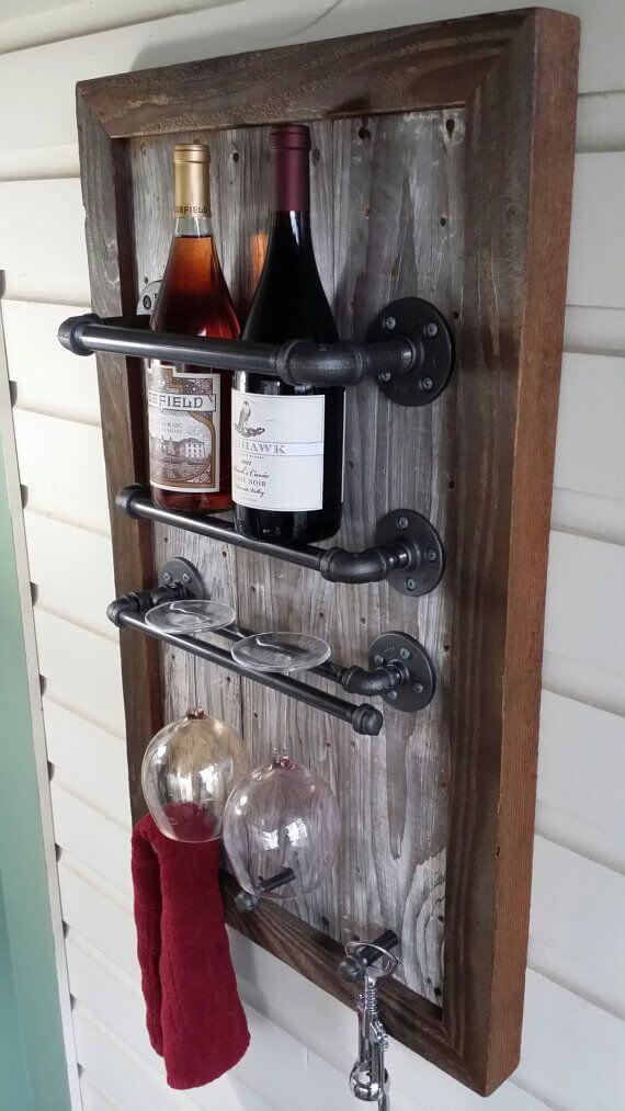 Adega de parede com madeira bruta, garrafas e taças