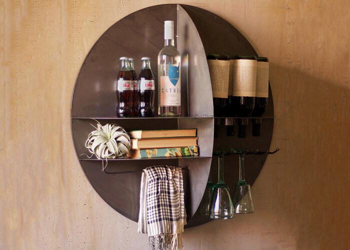 Bar-de-parede-feito-de-lata-com-deivisorias-apoiando-bebidas-e-taças