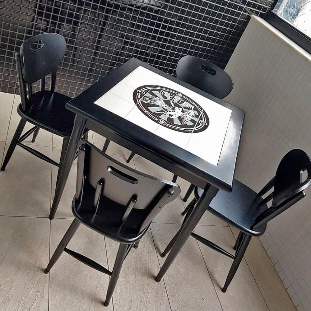 Mesa de madeira preta com quatro cadeiras
