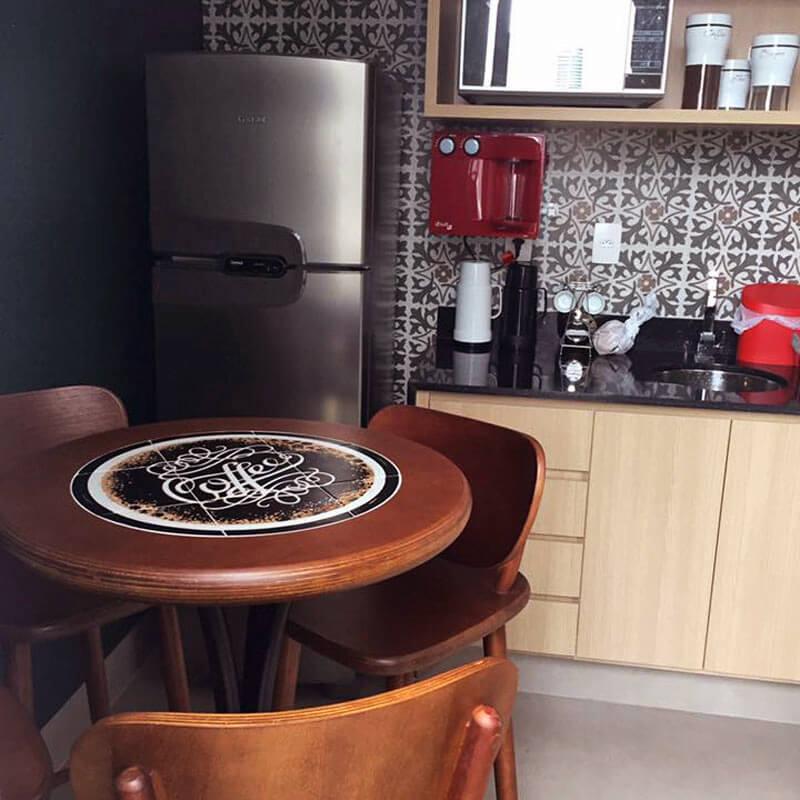 mesa redonda com estampa de uma xícara de café gigante com a palavra coffee