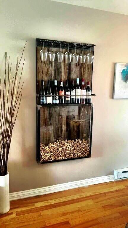 Painel de parede com garrafas de vinhos e taças e lugar de vidro para guardar as rolhas