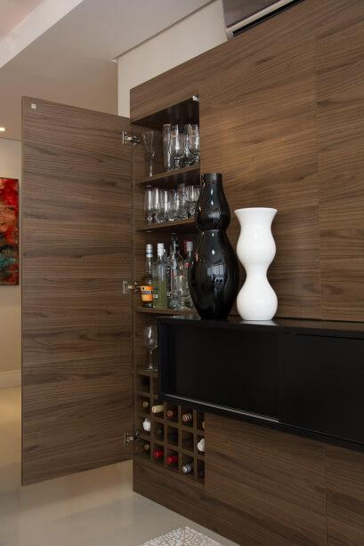 armário de madeira com bebidas
