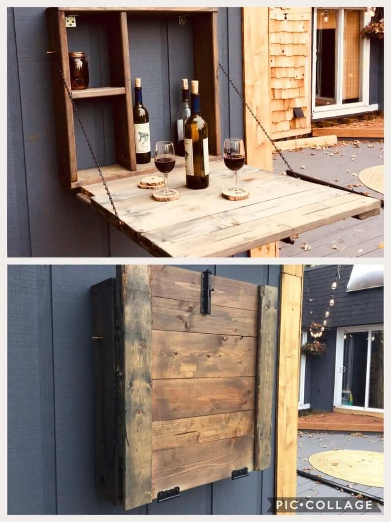 armário de madeira que vira mesa com garrafas de vinho
