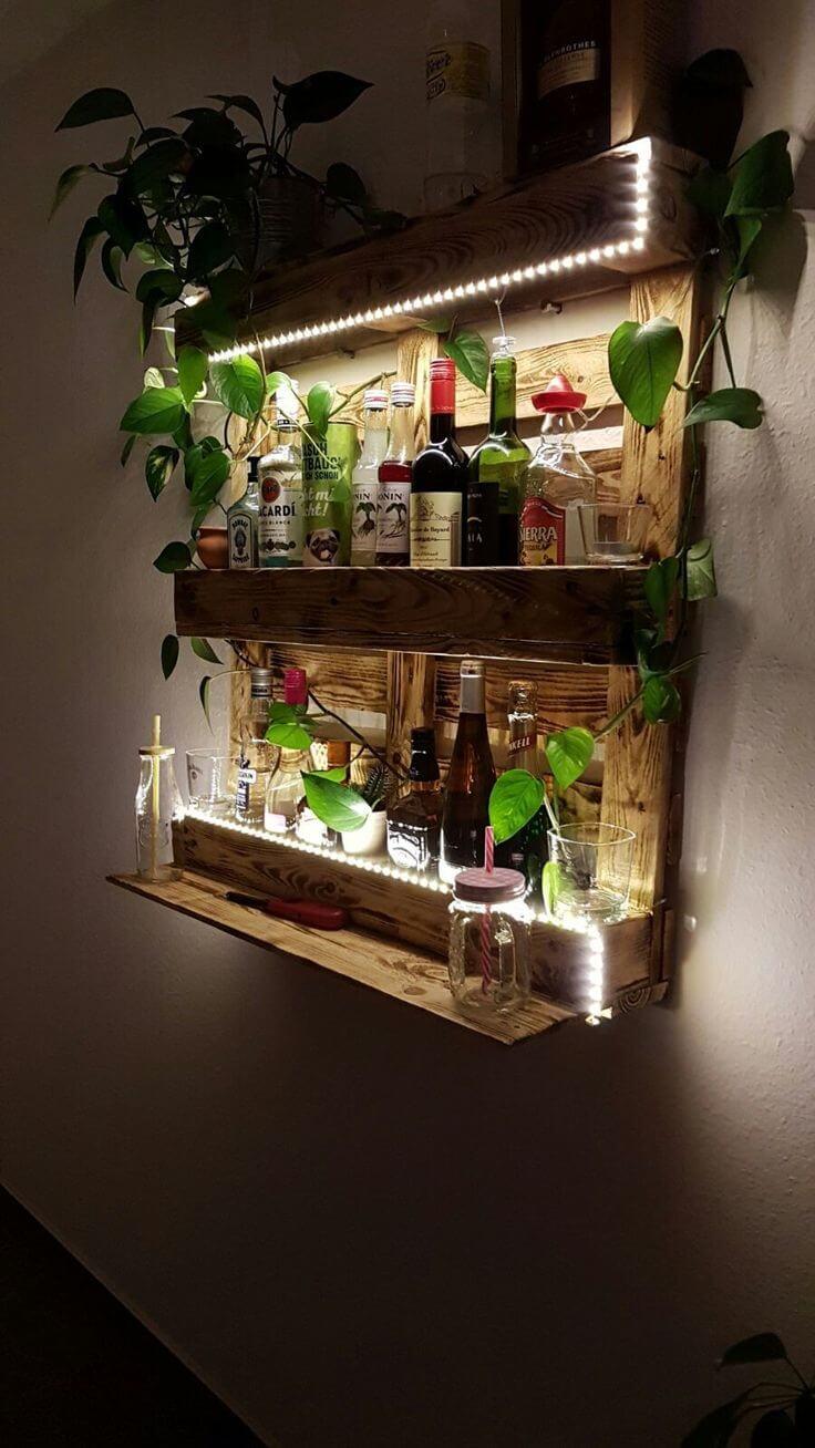 bar de parede feito com madeira de palete, apoiando bebidas, taças e folhagem