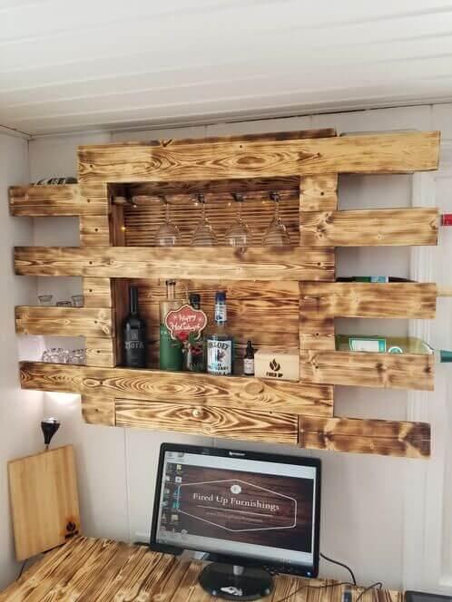 bar de parede feito de madeira